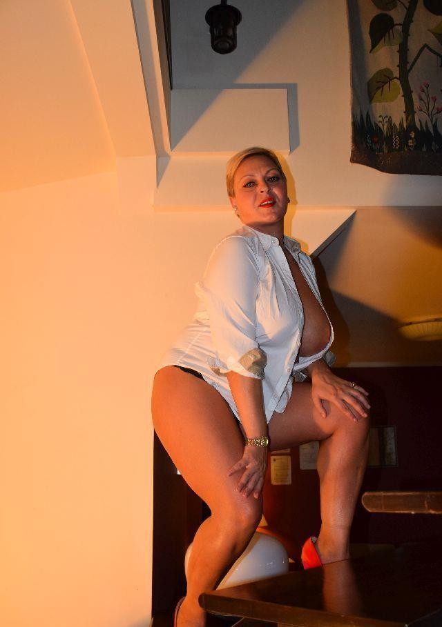 40 ani, doamna matura, blonda senzuala, o femeie cu experienta